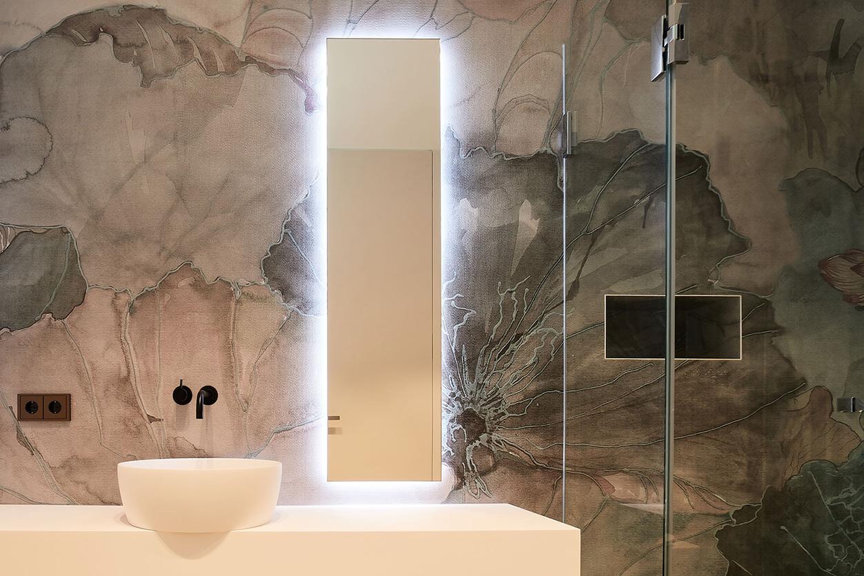 nes Tanke Bäderwerkstatt, Aqua Cultura Referenz, großes Bad mit floraler Wandtapete, Armatur und Waschtisch, Spiegel, Detail