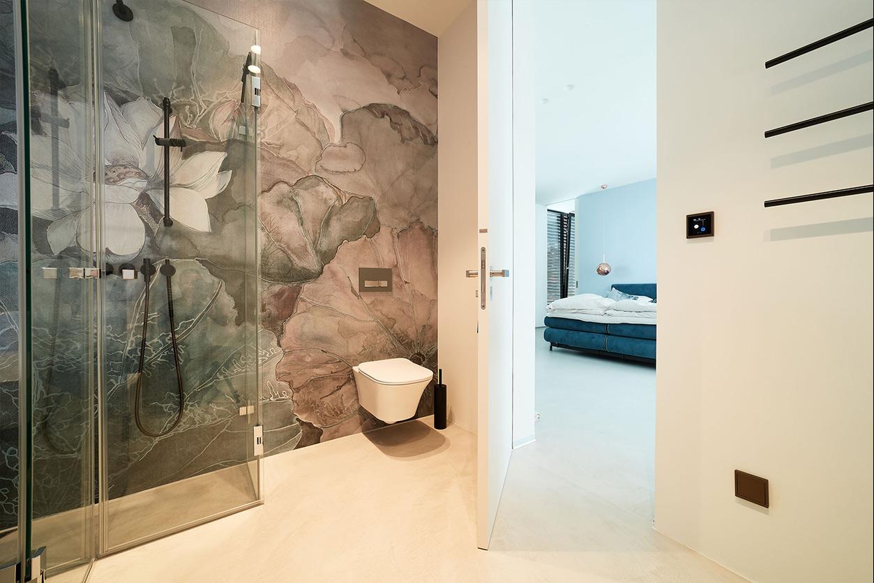 nes Tanke Bäderwerkstatt, Aqua Cultura Referenz, großes Bad mit floraler Wandtapete, Glasdusche, WC