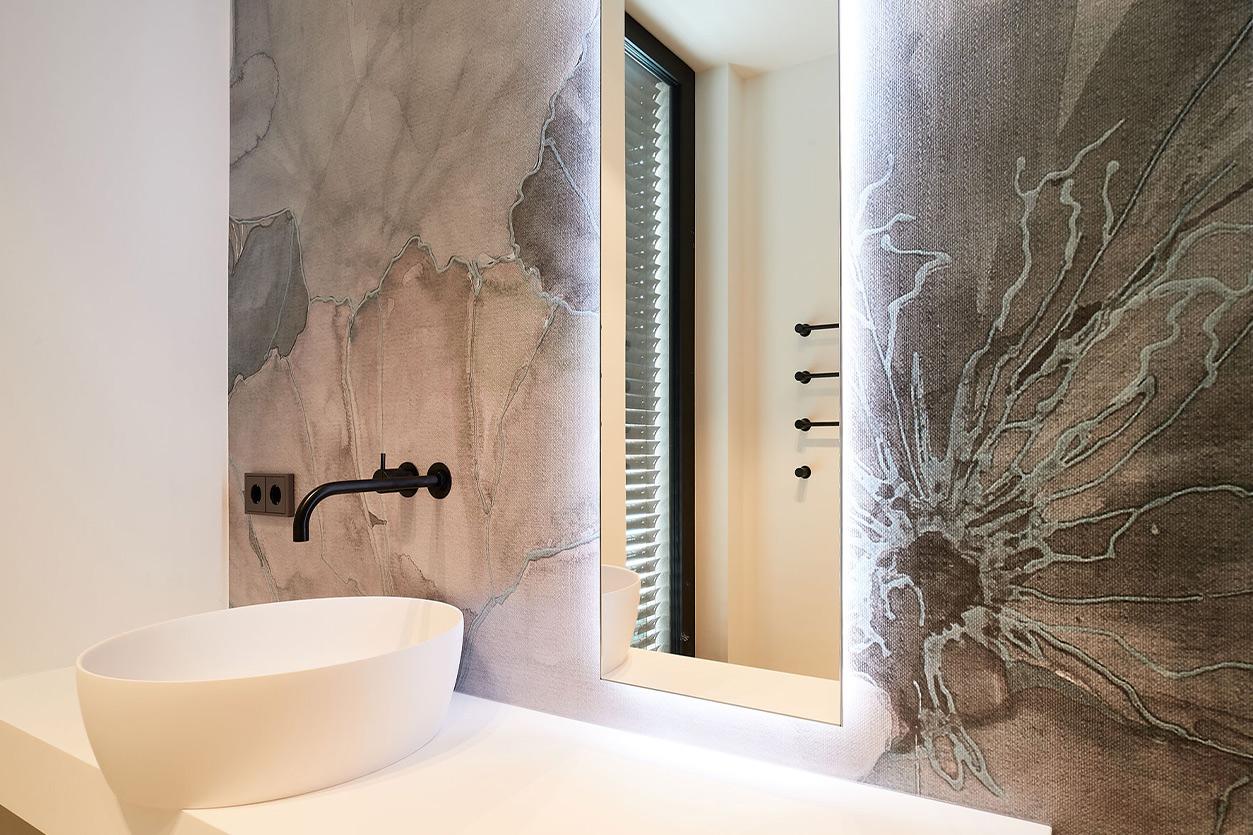 nes Tanke Bäderwerkstatt, Aqua Cultura Referenz, großes Bad mit floraler Wandtapete, Lotusblüte Detail