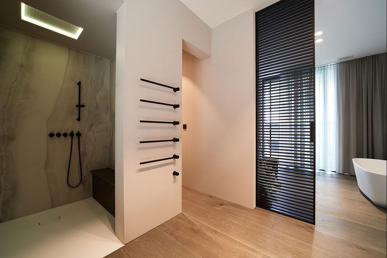 nes Tanke Bäderwerkstatt, Aqua Cultura Referenz, großes Bad, Dusche mit schwarzer Armatur, Sitzbank, Lichtkonzept