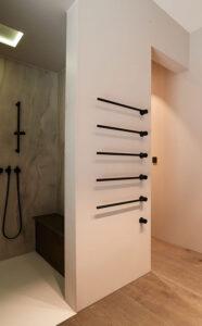 nes Tanke Bäderwerkstatt, Aqua Cultura Referenz, großes Bad, Wanne mit schwarzer Armatur, Handtuchhalter schwarz