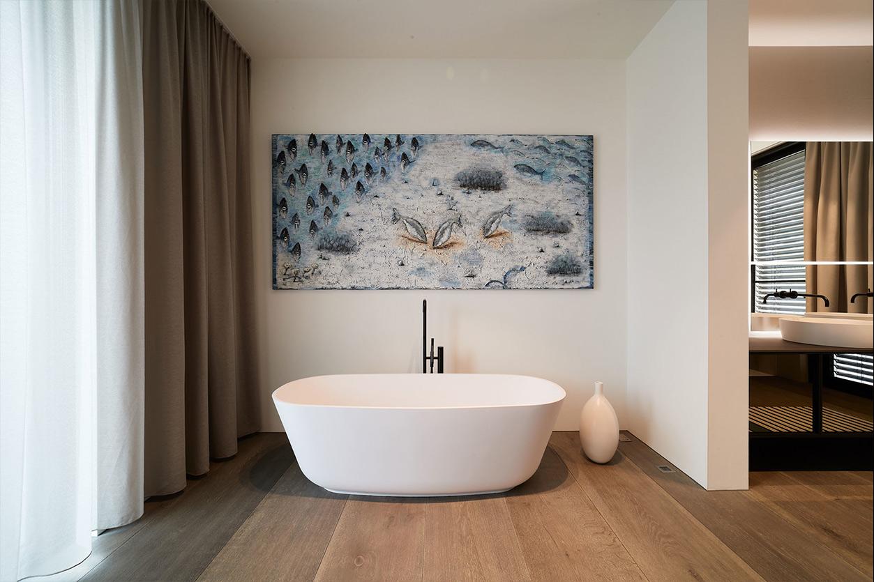 nes Tanke Bäderwerkstatt, Aqua Cultura Referenz, großes Bad, Wanne mit schwarzer Armatur, Gemälde