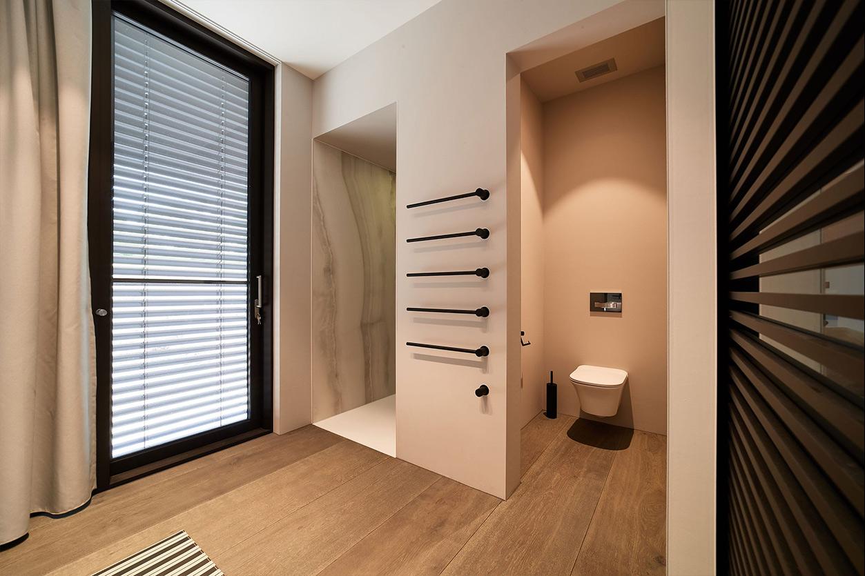 nes Tanke Bäderwerkstatt, Aqua Cultura Referenz, großes Bad, Wanne mit schwarzer Armatur, separates WC