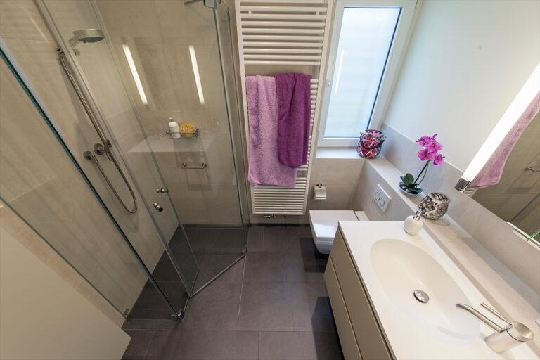 Boddenberg, Aqua Cultura Referenz, kleines Bad, viel Stauraum, Waschtisch und Spiegel, platzsparende Dusche