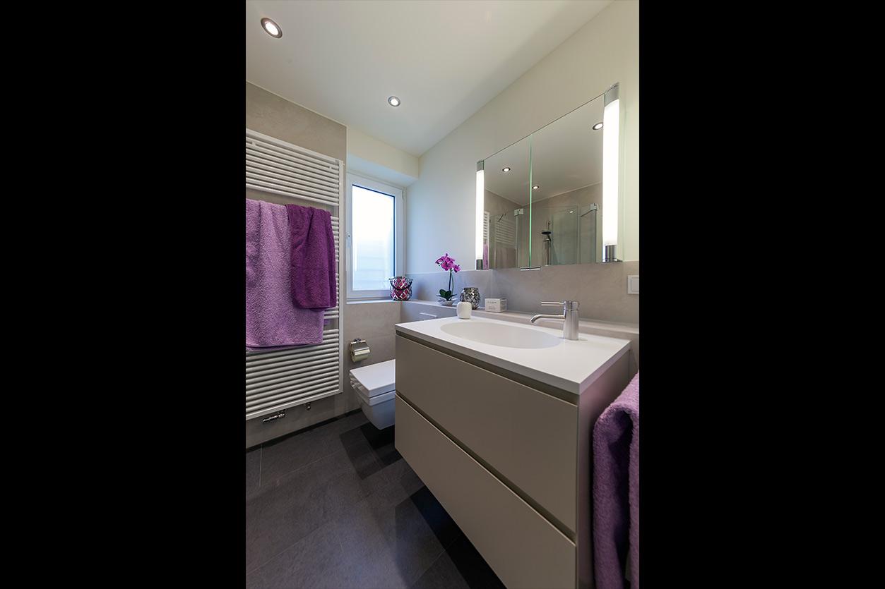 Boddenberg, Aqua Cultura Referenz, kleines Bad, viel Stauraum, Waschtisch und Spiegelschrank