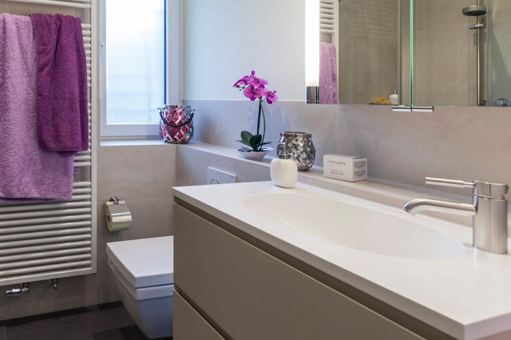 Boddenberg, Aqua Cultura Referenz, kleines Bad, viel Stauraum, Waschtisch und Spiegel