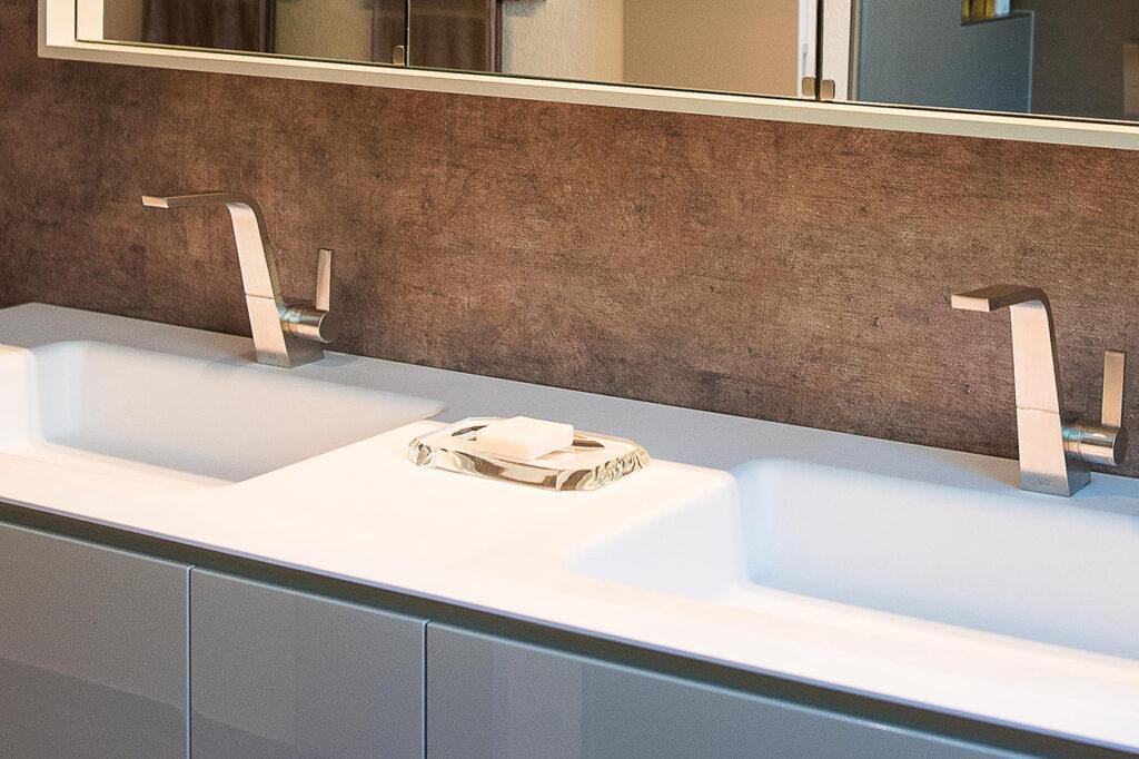 Fuchs Bad, Aqua Cultura Referenz, kleines Bad, großformatige Fliesen, Waschtisch, Detail
