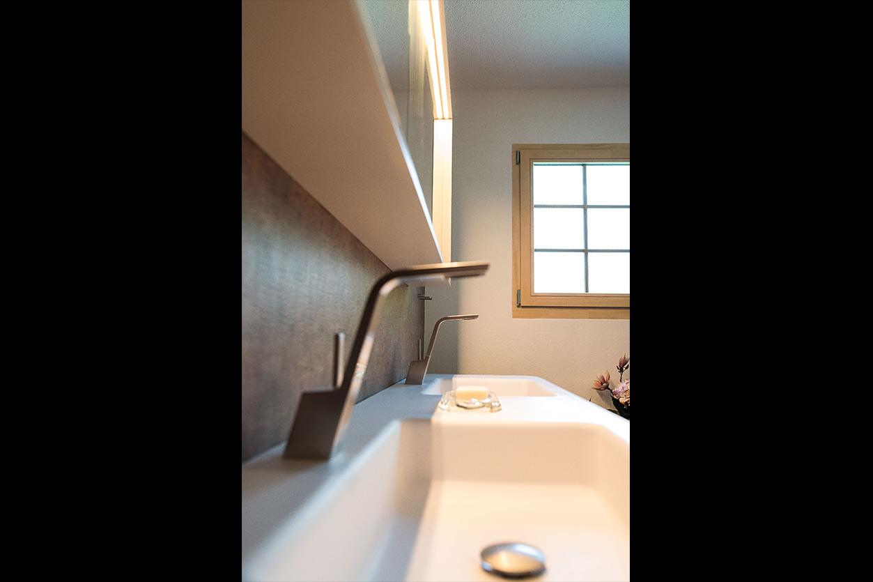Fuchs Bad, Aqua Cultura Referenz, kleines Bad, großformatige Fliesen, Waschtisch