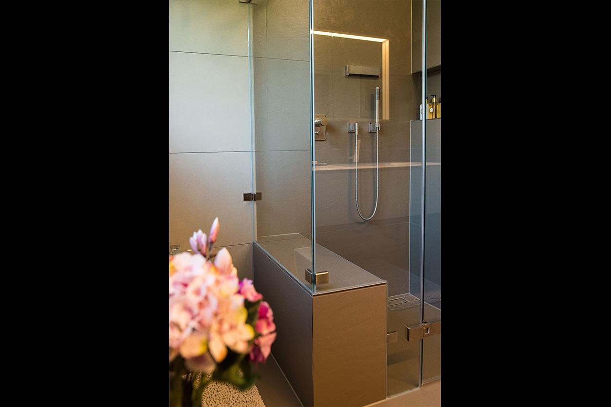 Fuchs Bad, Aqua Cultura Referenz, kleines Bad, großformatige Fliesen, Dusche, Sitzbank