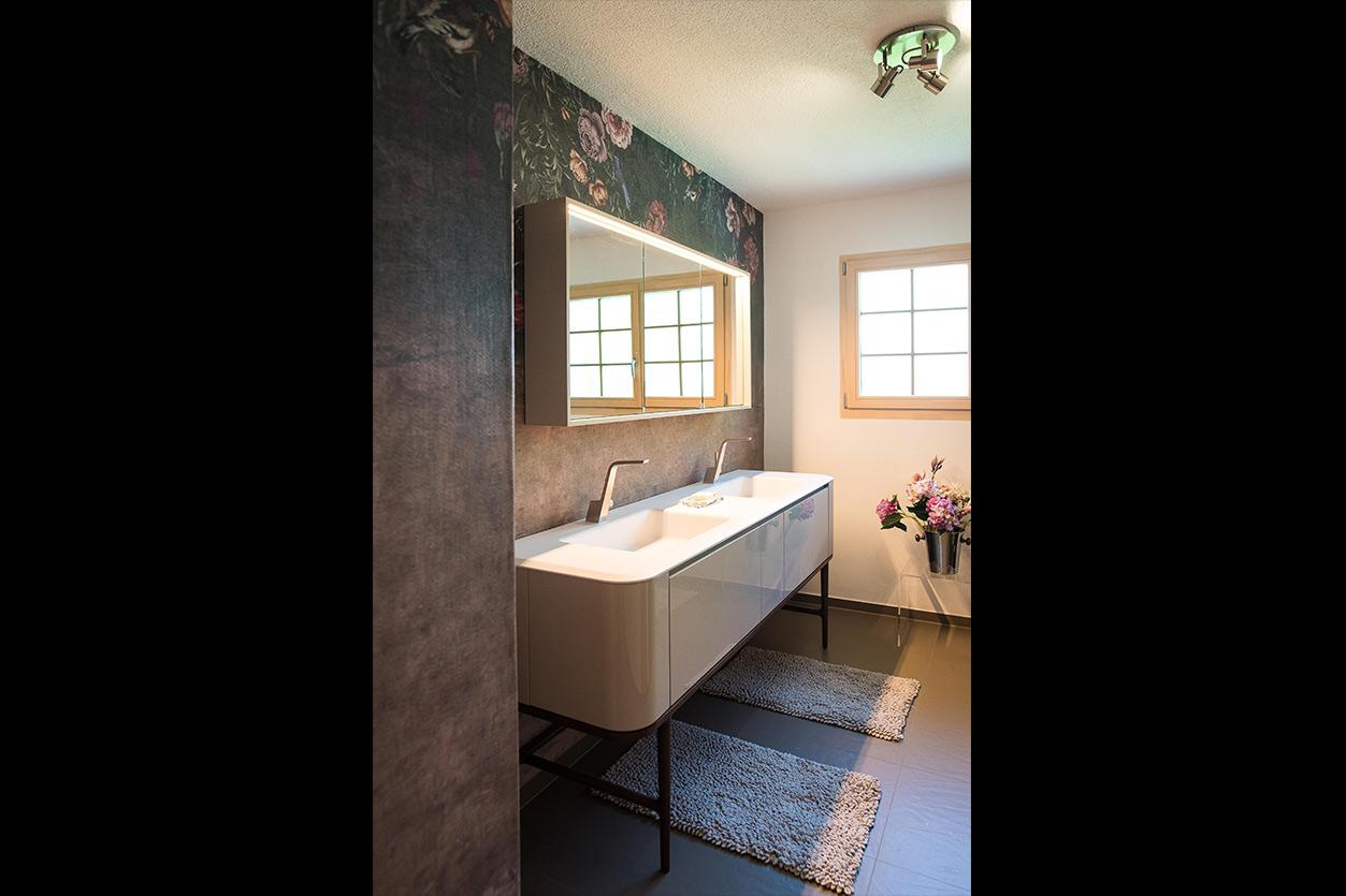 Fuchs Bad, Aqua Cultura Referenz, kleines Bad, großformatige Fliesen, Doppelwaschtisch