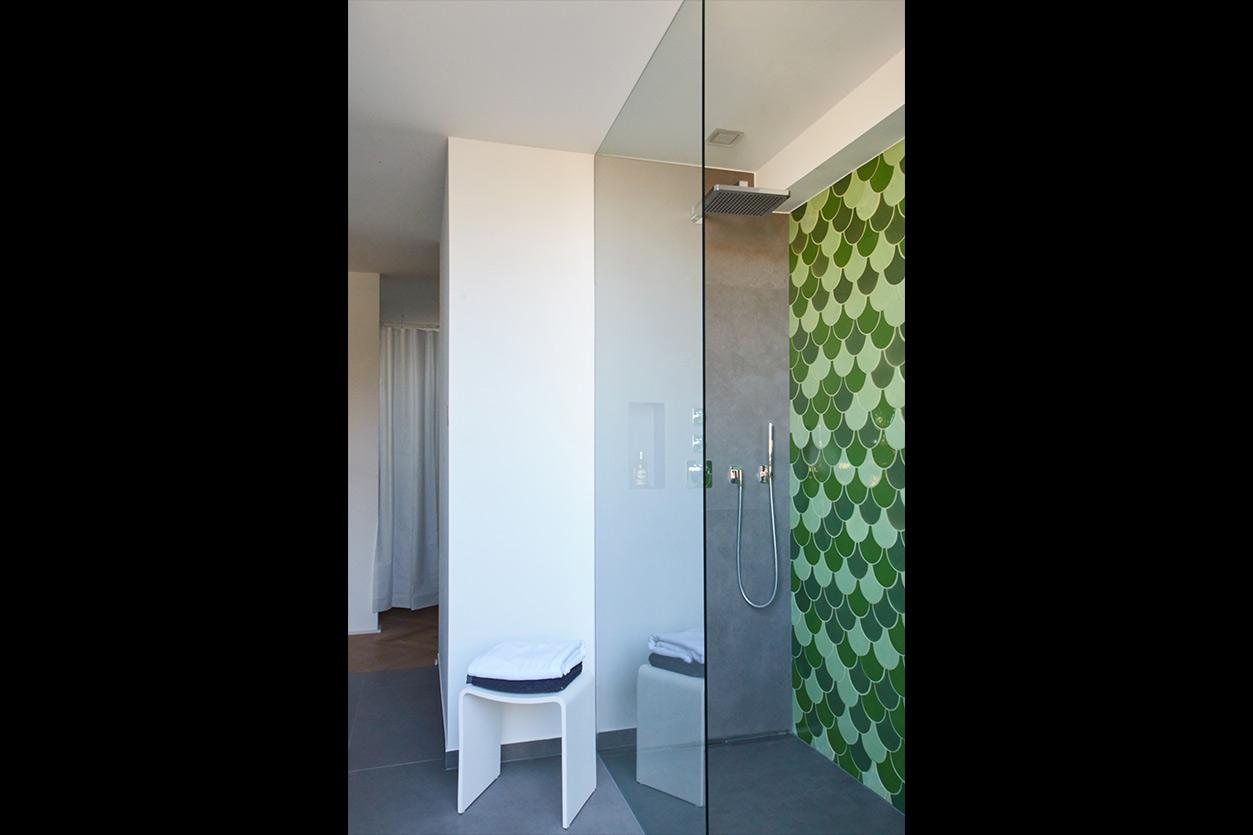aqua-cultura-kleines-bad-goldmann-grüne-fliesen-transparente-dusche
