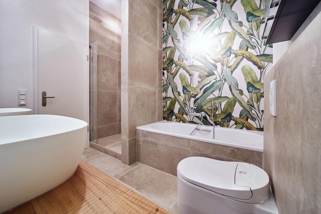 nes Tanke Bäderwerkstatt, Aqua Cultura Referenz, kleines Bad mit Wandtapete Dschungel, Badewanne