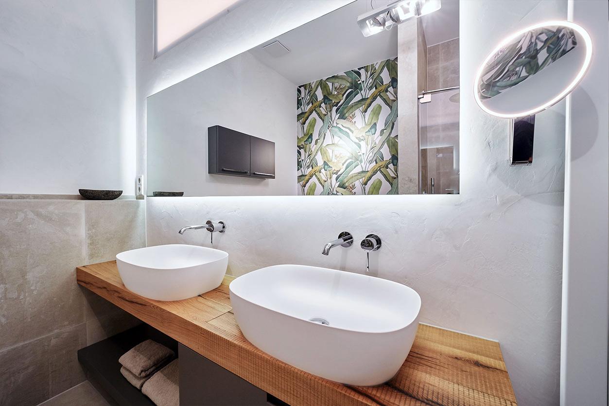 nes Tanke Bäderwerkstatt, Aqua Cultura Referenz, kleines Bad mit Wandtapete Dschungel, Waschtisch, Unterbau Holz