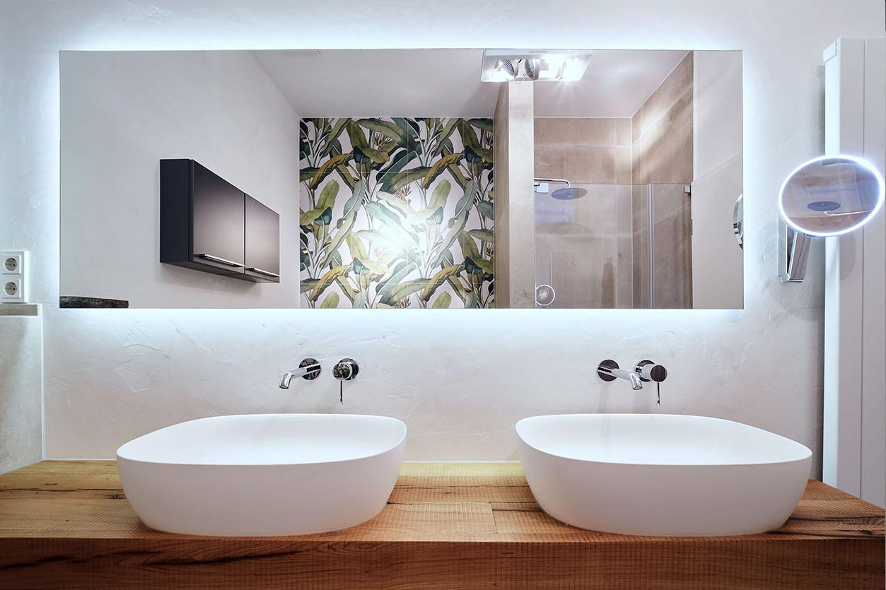 nes Tanke Bäderwerkstatt, Aqua Cultura Referenz, kleines Bad mit Wandtapete Dschungel, Doppelwaschtisch, Hängeschrank
