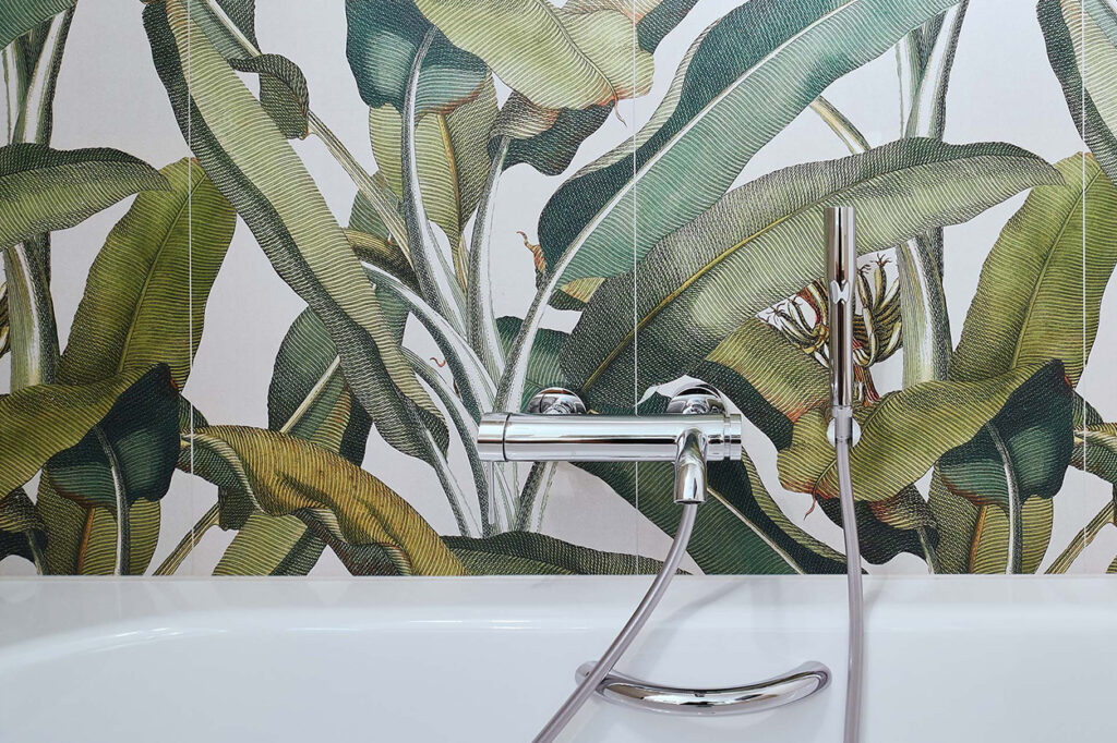 nes Tanke Bäderwerkstatt, Aqua Cultura Referenz, kleines Bad mit Wandtapete Dschungel, Armatur Badewanne