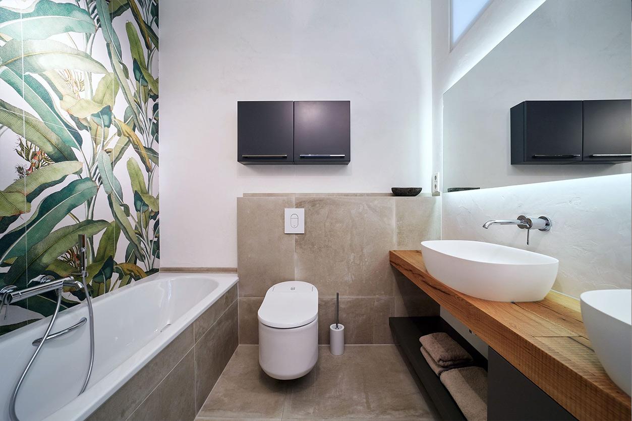 nes Tanke Bäderwerkstatt, Aqua Cultura Referenz, kleines Bad mit Wandtapete, Waschtisch Holz