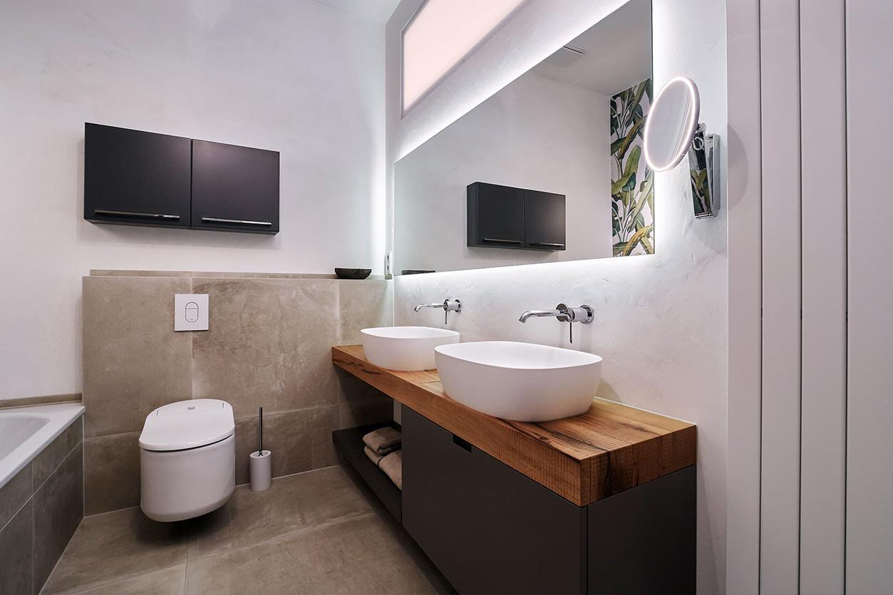 nes Tanke Bäderwerkstatt, Aqua Cultura Referenz, kleines Bad mit Wandtapete, Doppelwaschtisch
