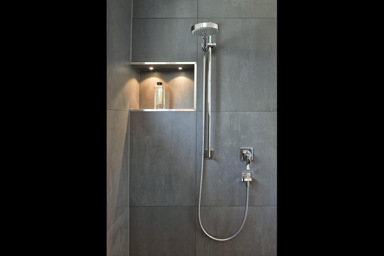 aqua-cultura-wannenbad-fuchs-großformatige-fliesen-dusche
