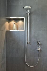 Fuchs Bad, Aqua Cultura Referenz, Wannenbad, großformatige Fliesen, Dusche, Detail