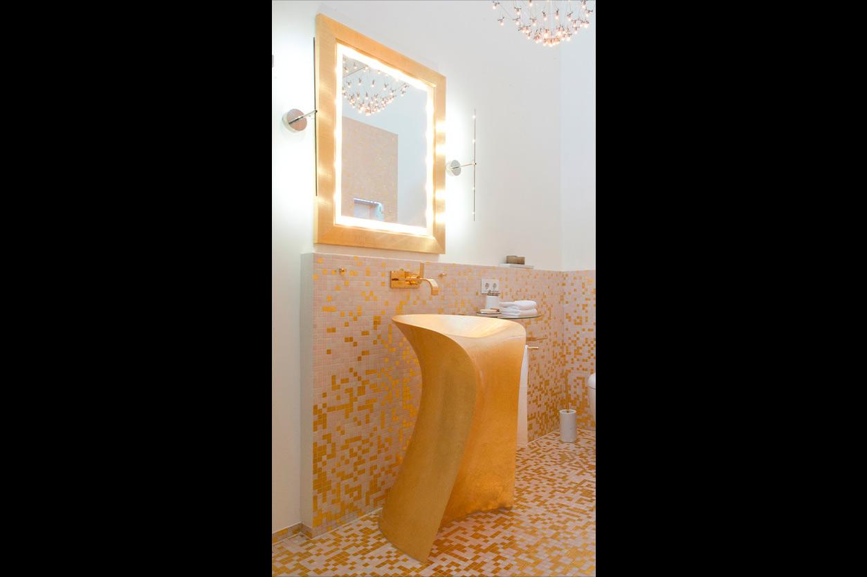 aqua-cultura-wellness-bad-goldmann-goldmosaik-goldenes-waschbecken