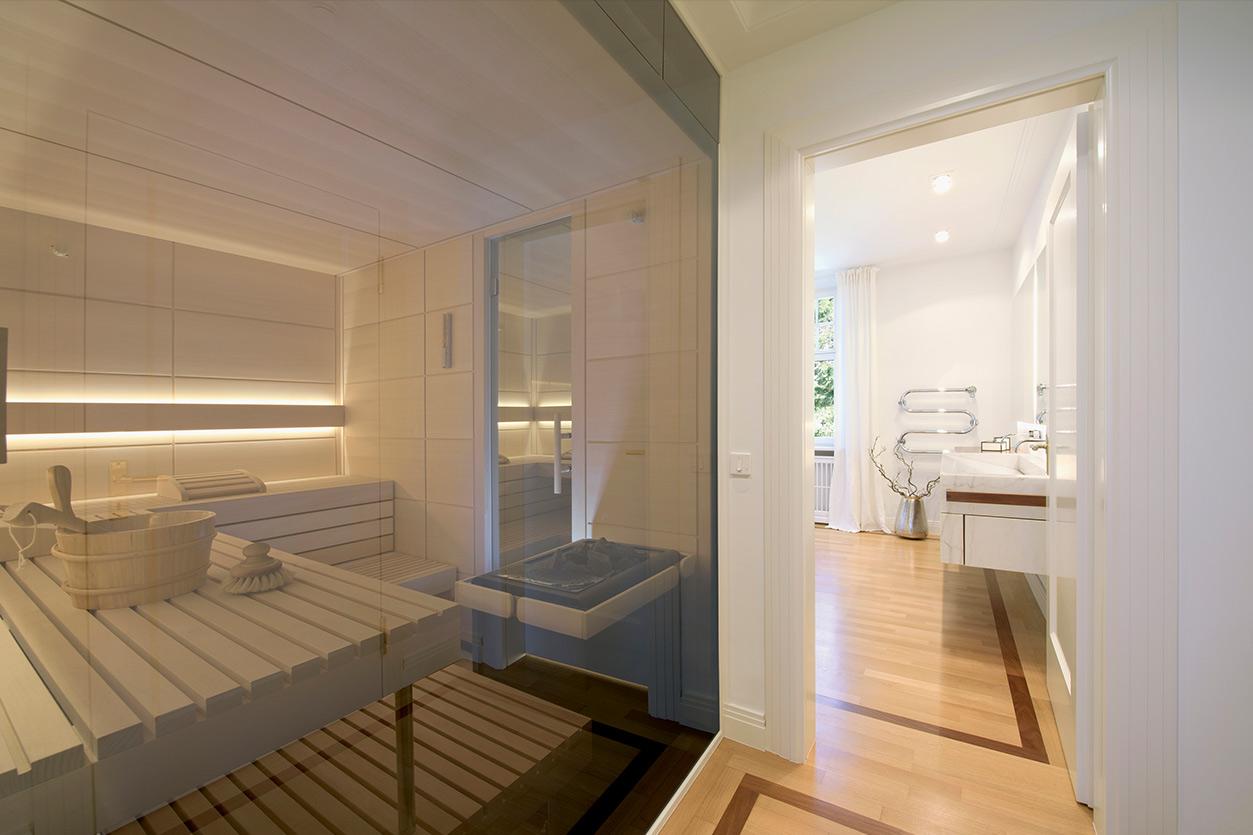 Dreyer Bad, Aqua Cultura Referenz, Wellnessbad, eleganter Stil, Sauna, Wanne, Waschtisch, großzügige Dusche, Zugang zur Sauna, Flur