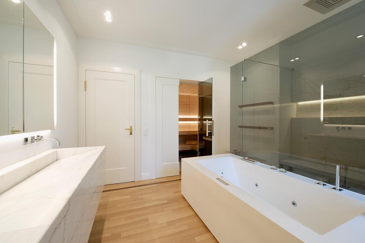 Dreyer Bad, Aqua Cultura Referenz, Wellnessbad, eleganter Stil, Sauna, Wanne, Waschtisch, großzügige Dusche, Zugang zur Sauna
