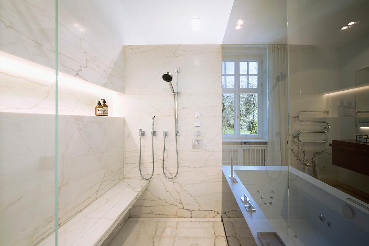Dreyer Bad, Aqua Cultura Referenz, Wellnessbad, eleganter Stil, Sauna, Wanne, Waschtisch, großzügige Dusche mit Sitzbank