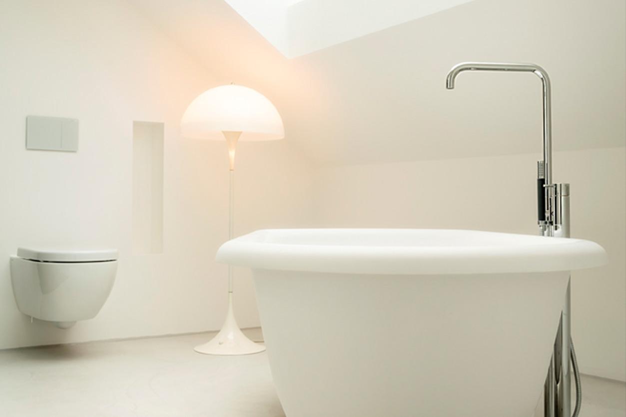 aqua-cultura-dachbad-bukoll-fugenloses-badewanne-romantisch