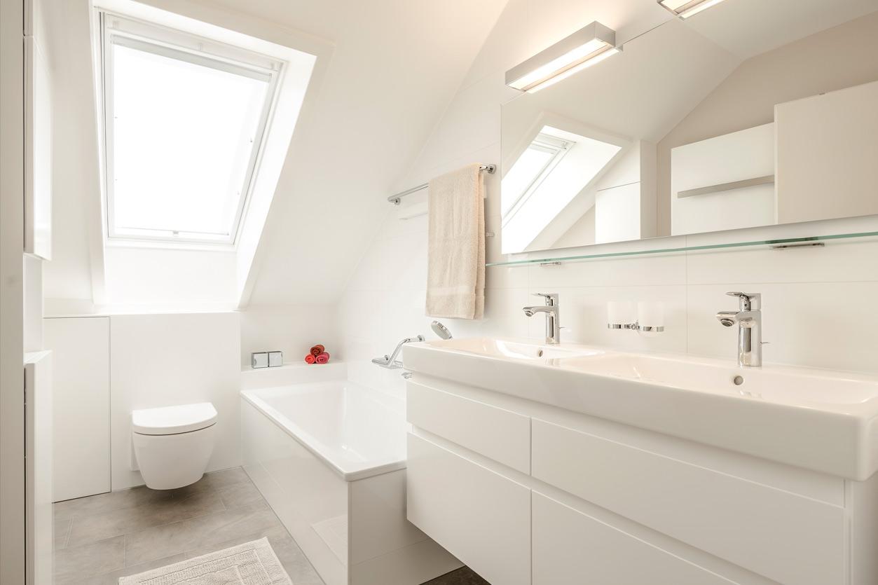 Bukoll Bad, Aqua Cultura Referenz, Dachbad, Doppelwaschbecken, Stauraum unter der Dachschräge, Wanne und Doppelwaschtisch