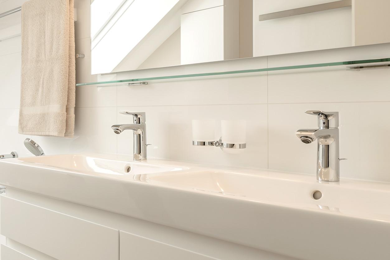 Bukoll Bad, Aqua Cultura Referenz, Dachbad, Doppelwaschbecken, Stauraum unter der Dachschräge, Doppelwaschtisch