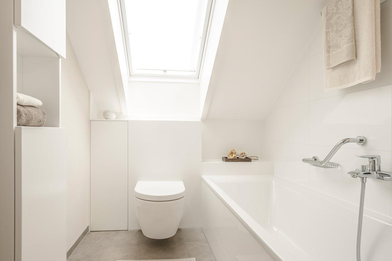 Bukoll Bad, Aqua Cultura Referenz, Dachbad, Doppelwaschbecken, Stauraum unter der Dachschräge, Wanne, weiß