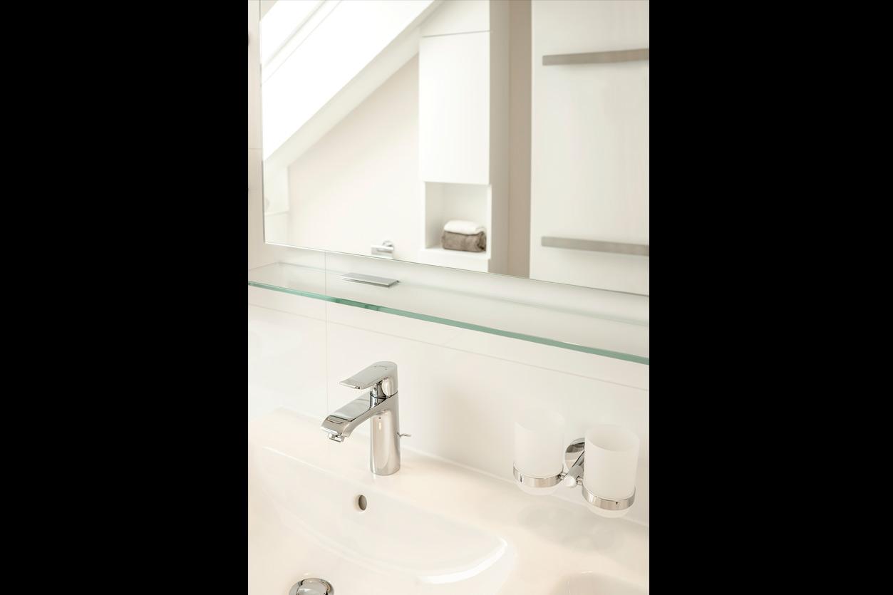 Bukoll Bad, Aqua Cultura Referenz, Dachbad, Doppelwaschbecken, Stauraum unter der Dachschräge, minimalistische Ausstattung