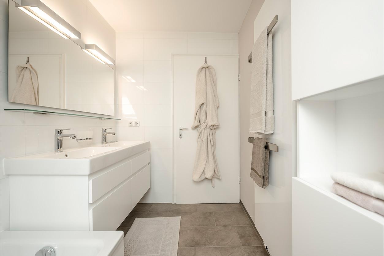 Bukoll Bad, Aqua Cultura Referenz, Dachbad, Doppelwaschbecken, Stauraum unter der Dachschräge, praktische Einbauten