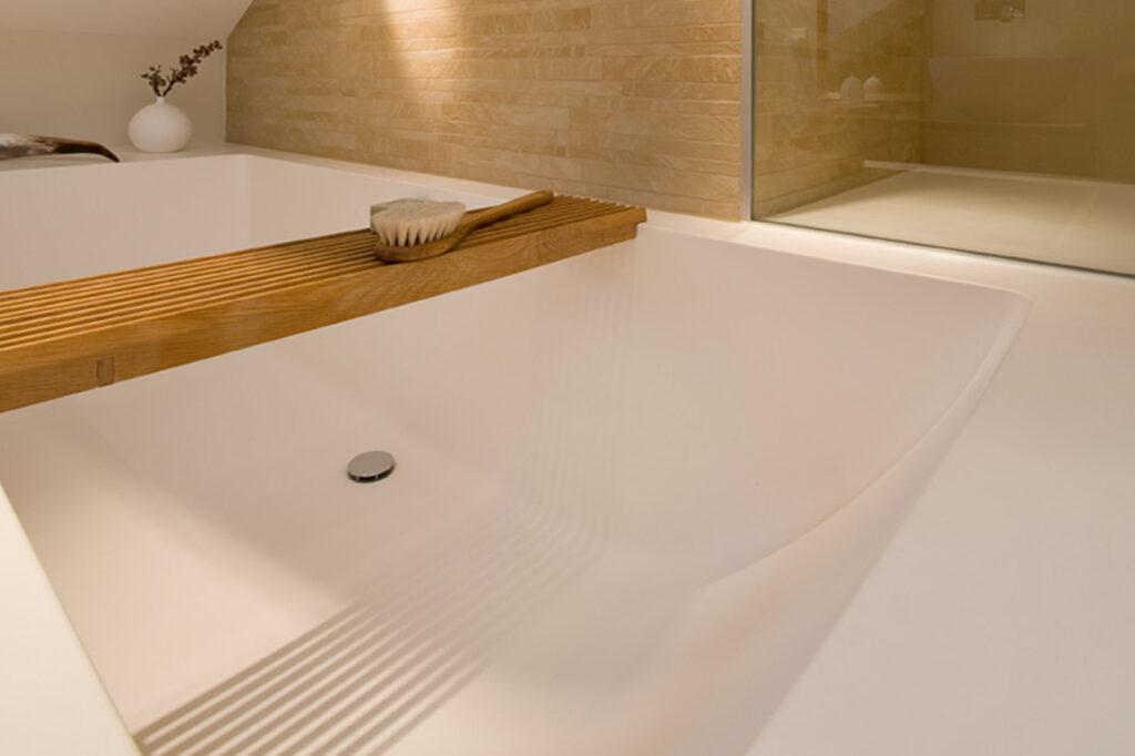 Dreyer Bad, Aqua Cultura Referenz, Dachbad, Holz im Bad, wohnliche Atmosphäre, Dachschräge
