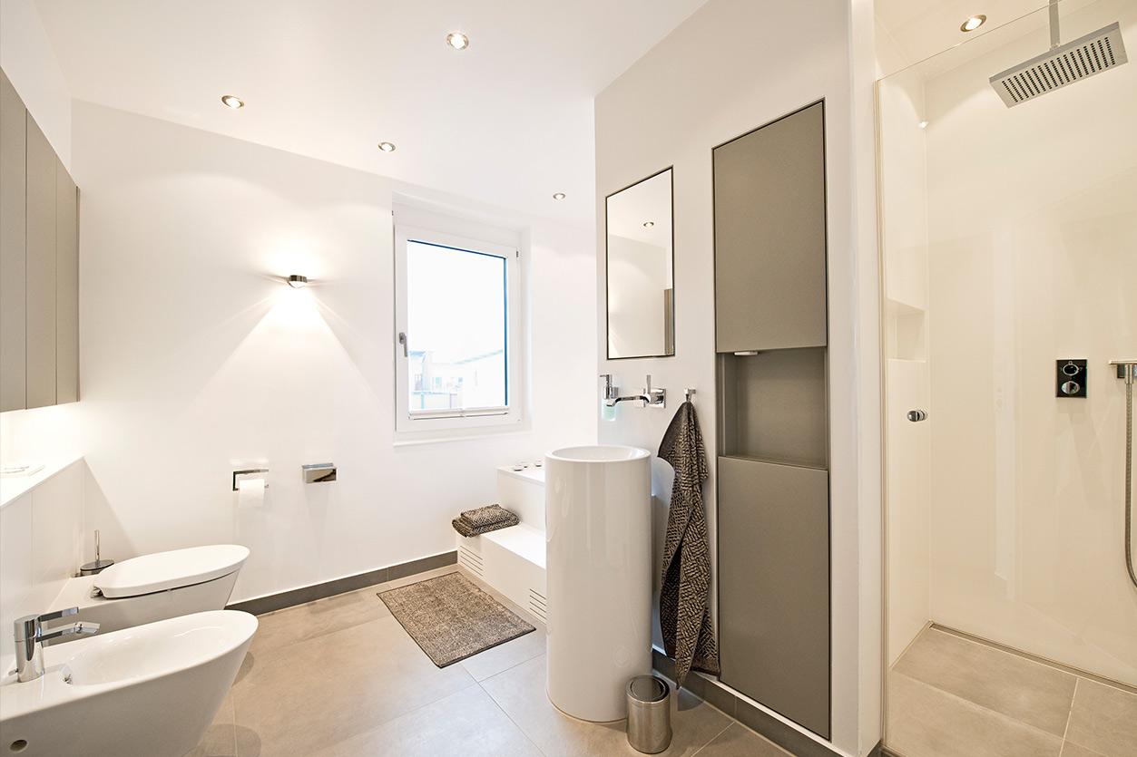 Bukoll Bad, Aqua Cultura Referenz, Familienbad, viel Stauraum, Waschtischsäule, große Badewanne, begehbare Dusche