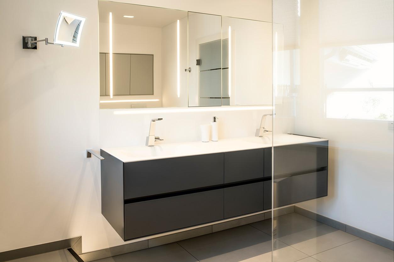 Bukoll Bäder und Wärme, Aqua Cultura Referenz, grosses Bad, Waschtisch mit Spiegel, klare Linien