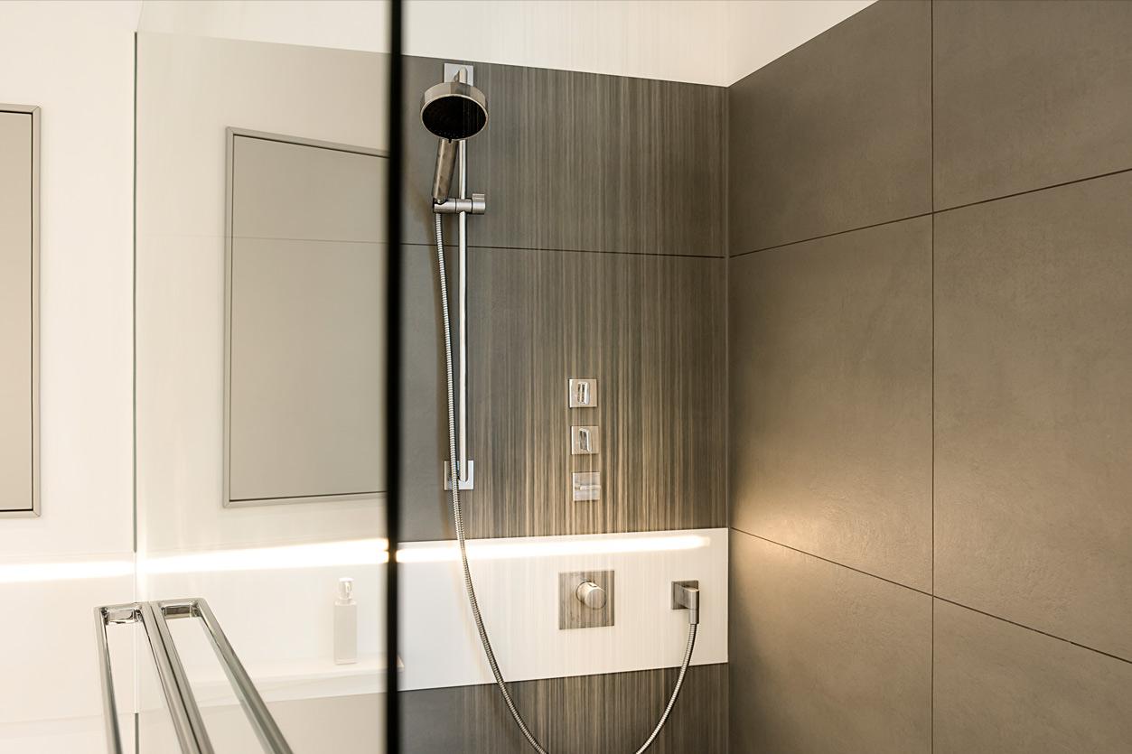 Bukoll Bäder und Wärme,, Aqua Cultura Referenz, grosses Bad, Dusche mit großen Fliesen, anthrazitfreistehende Badewanne