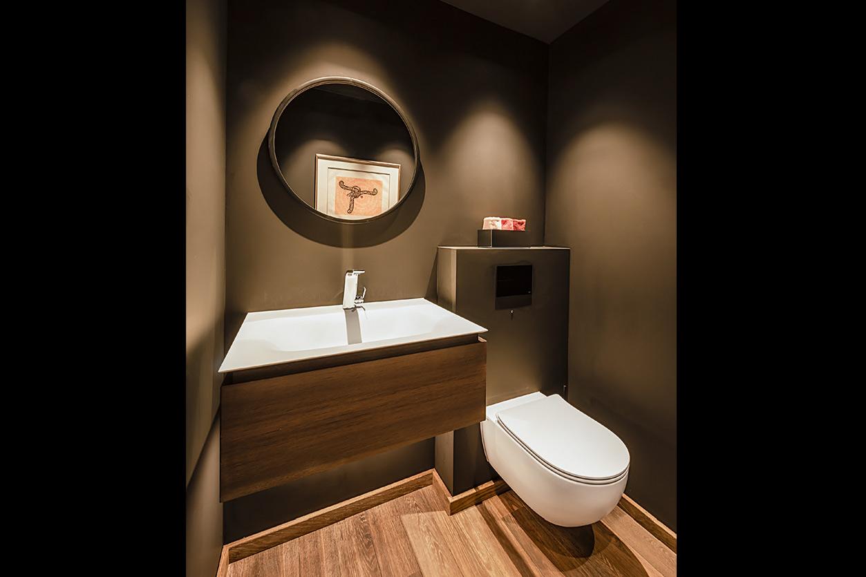 Bukoll Bad, Aqua Cultura Referenz, grosses Bad, separates WC, Holz im Bad