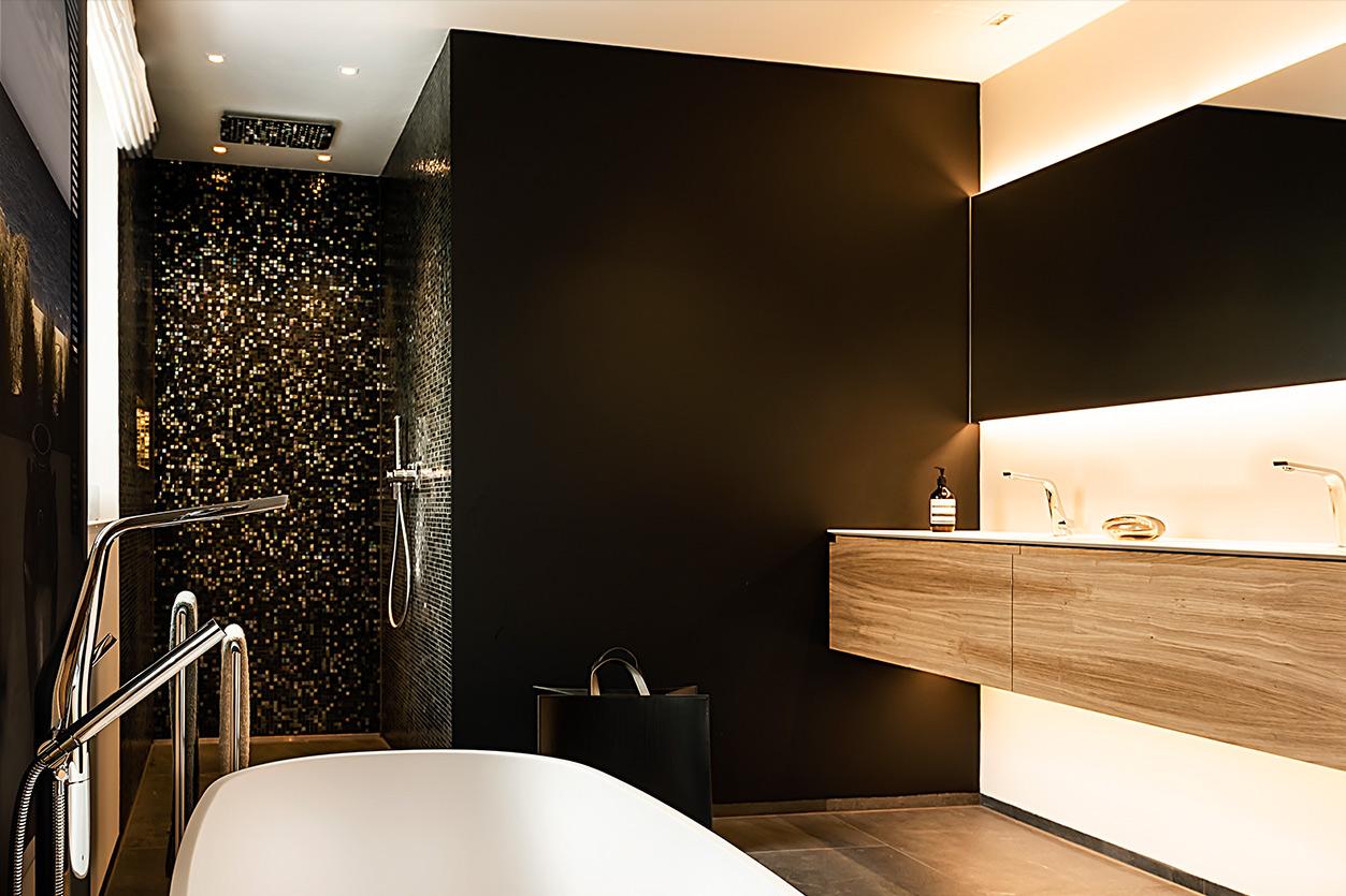 Bukoll Bad, Aqua Cultura Referenz, grosses Bad, freistehende Badewanne, Duschbad mit schwarz-goldenem Mosaik