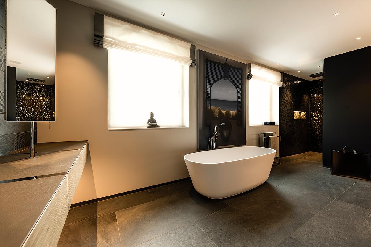 Bukoll Bad, Aqua Cultura Referenz, grosses Bad, freistehende Badewanne, Leder, Holzeibauten, Maßanfertigung
