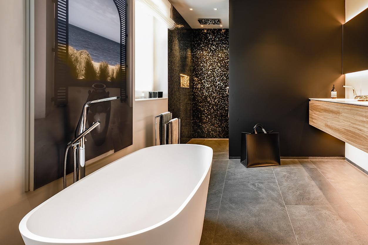 Bukoll Bad, Aqua Cultura Referenz, grosses Bad, freistehende Badewanne, schwarz-goldenes Mosaik in der Dusche