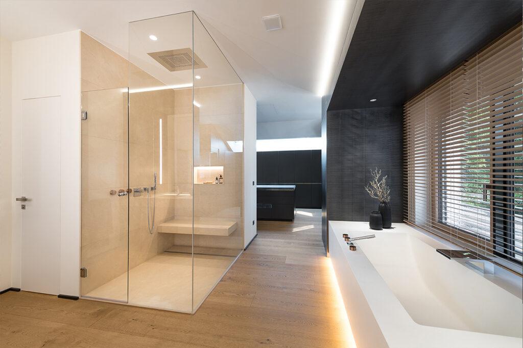 Dreyer Bad, Aqua Cultura Referenz, großes Bad, spezielles Lichtkonzept, Blick nach draußen, Walk-in-Dusche, luftige Raumaufteilung