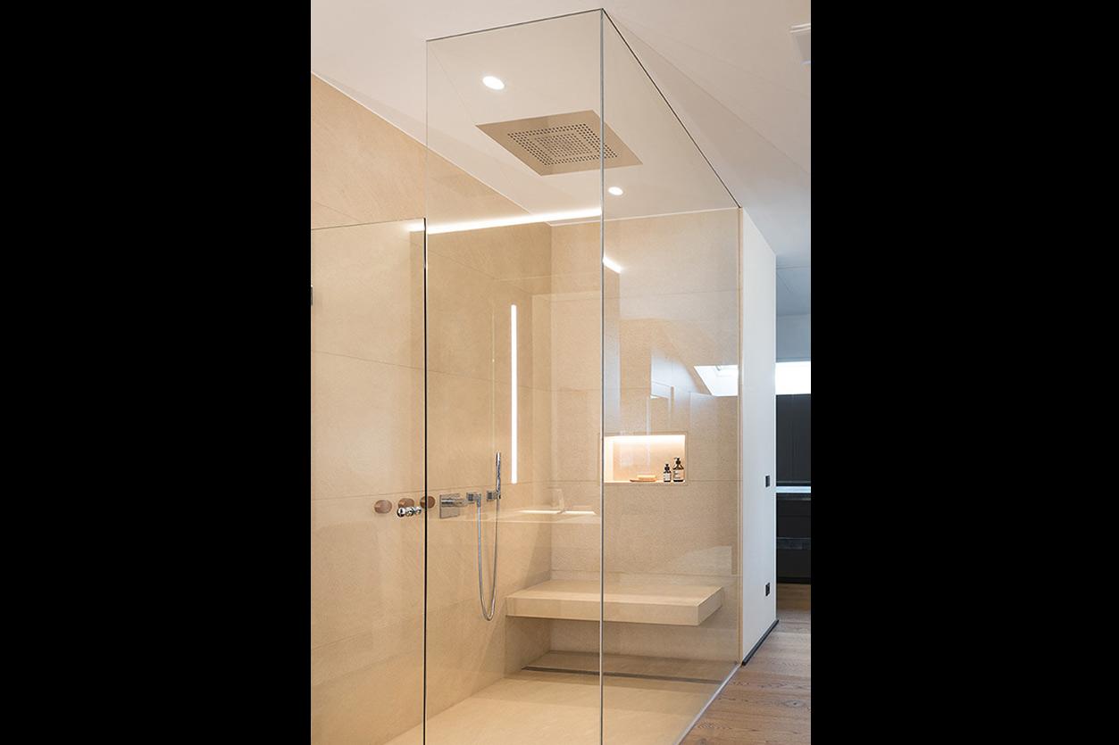 Dreyer Bad, Aqua Cultura Referenz, großes Bad, spezielles Lichtkonzept, Blick nach draußen, Wellnessdusche, luftige Raumaufteilung