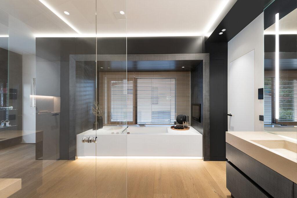 Dreyer Bad, Aqua Cultura Referenz, großes Bad, spezielles Lichtkonzept, Blick nach draußen, Badewanne, luftige Raumaufteilung