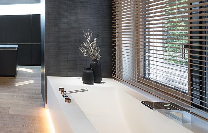 Dreyer Bad, Aqua Cultura Referenz, großes Bad, spezielles Lichtkonzept, Blick nach draußen