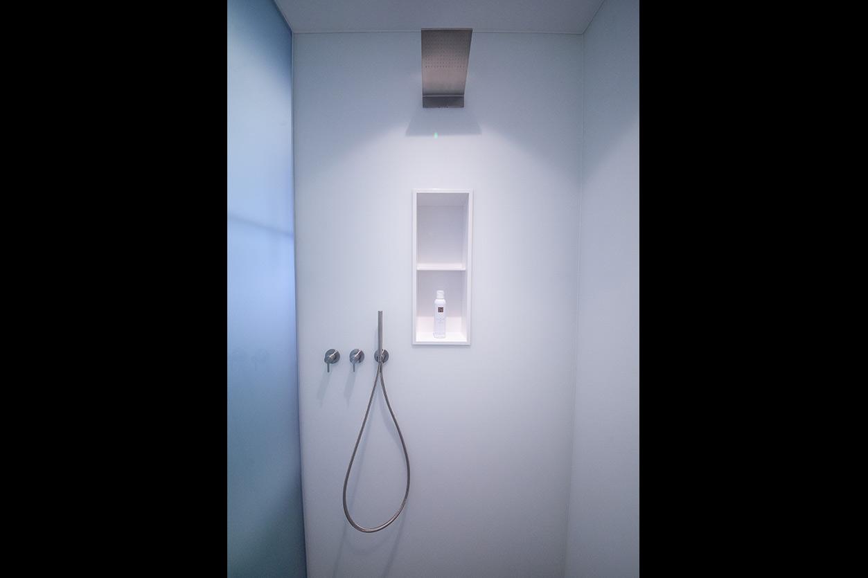 Bukoll Bad, Aqua Cultura Referenz, kleines Bad, viel Stauraum, Dusche