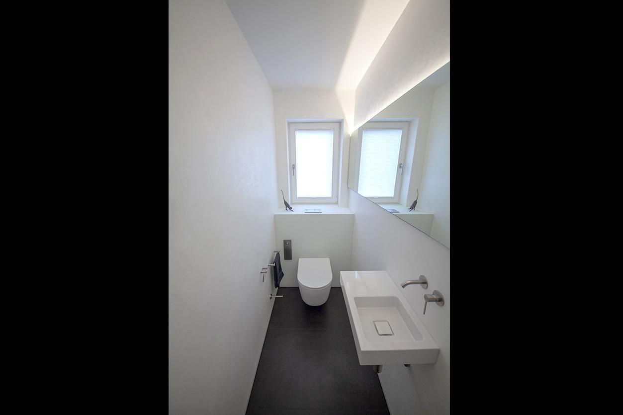 Bukoll Bad, Aqua Cultura Referenz, kleines Bad, viel Stauraum, Doppelwaschbecken, Kunst im Bad, Waschtisch und Spiegel, Gäste WC