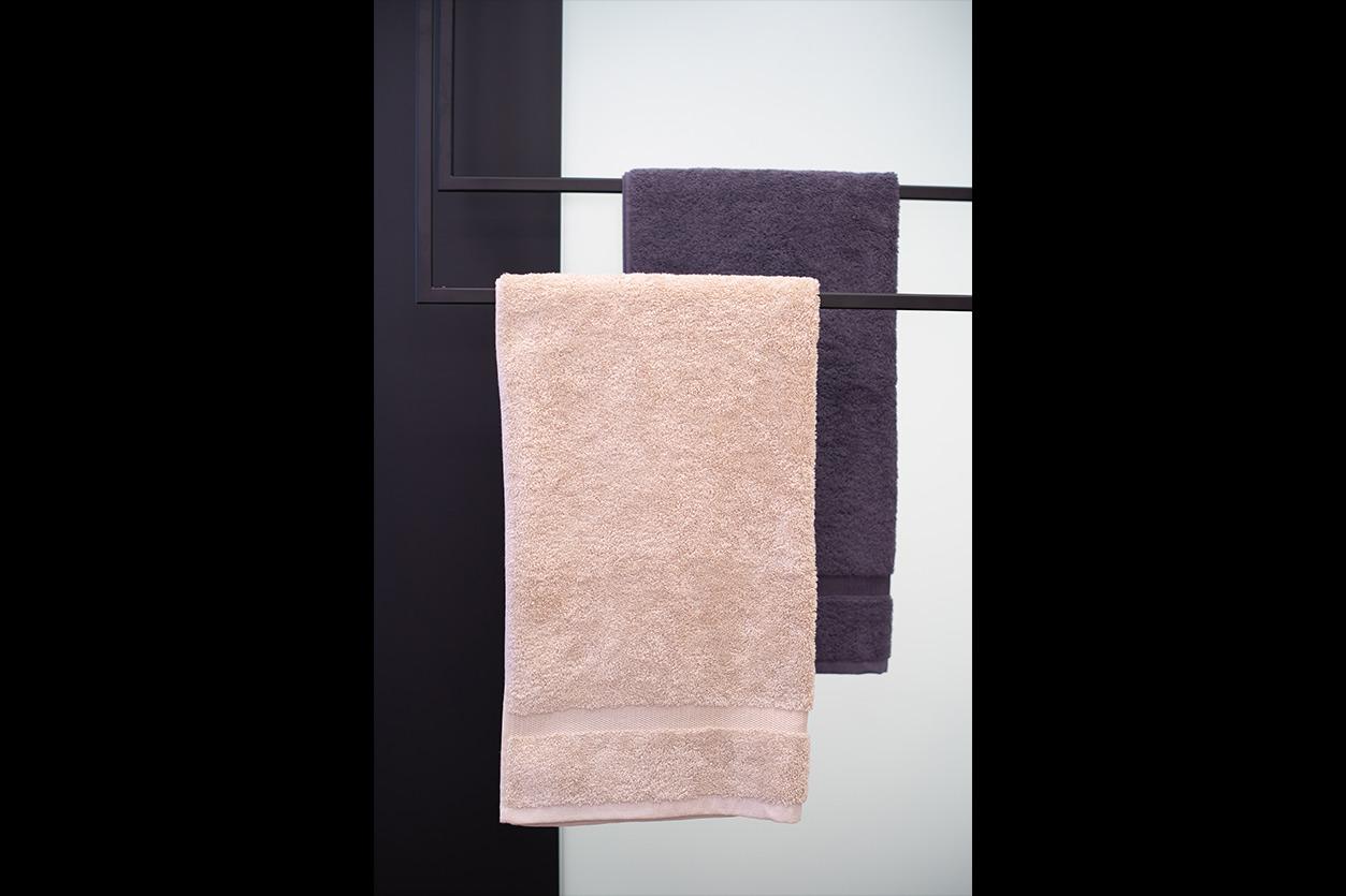aqua-cultura-kleines-bad-bukoll-blaues-bad-handtuchhalter-decke