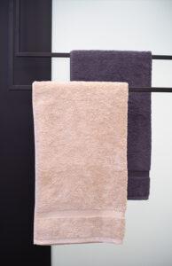 Bukoll Bad, Aqua Cultura Referenz, kleines Bad, viel Stauraum, Doppelwaschbecken, Kunst im Bad, Waschtisch und Spiegel, Handtuchhalter