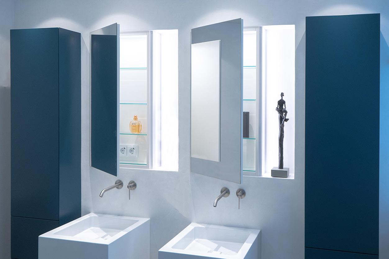 Bukoll Bad, Aqua Cultura Referenz, kleines Bad, viel Stauraum, Doppelwaschbecken, Kunst im Bad, Waschtisch und Spiegel, Einbauten
